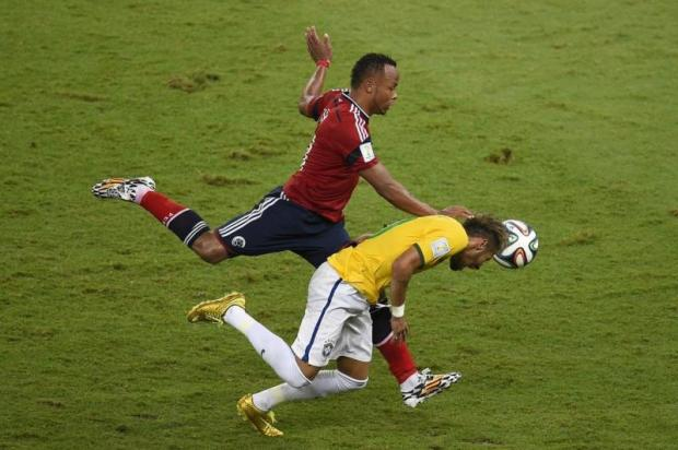 Momento em Neymar sofre lesão na coluna  |Foto: Odd Andersen/AFP