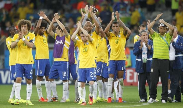 Abatidos, jogadores brasileiros saúdam a torcida ao fim da partida: vergonha no Mineirão | Foto: Rafael Ribeiro/CBF