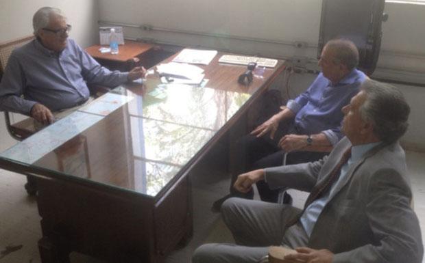 Foto publicada pelo candidato ao Senado Ronaldo Caiado na última terça-feira (22/7) em visita ao jornal DM. Na mesa, Batista Custódio, Iris Rezende e Ronaldo Caiado
