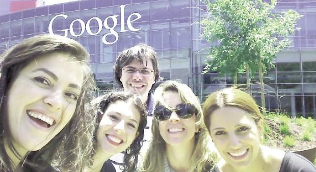 Alline Jajah (esquerda) com grupo de empreendedores na sede de um dos maiores exemplos de startups: a Google   Arquivo Pessoal