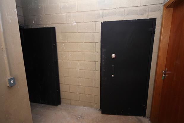 A academia ainda possui dois cofres que irão guardar armamentos