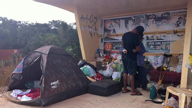Mulher abandona filhos para morar com ex-presidiário em ponto de ônibus no Distrito Federal