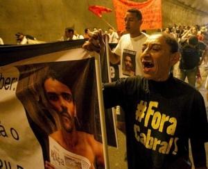 Beth durante protesto contra o sumiço do marido, Amarildo | Foto: Reprodução/Caminho 21