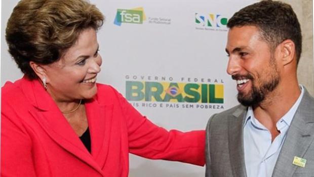Presidente Dilma arranca gargalhadas ao anunciar Cauã Reymond em evento do governo. Veja vídeo