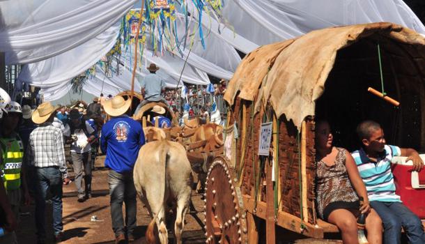 Marconi Perillo prestigia tradicional desfile de carros de boi em Trindade