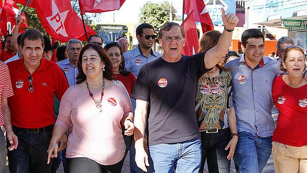 Ao lado de integrantes da chapa pura e outros aliados do PT, Gomide fez caminhada em Anápolis | Foto: Divulgação