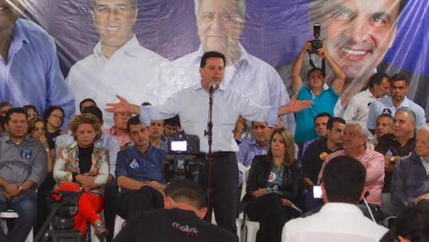 Ao lado da senadora Lúcia Vânia (PSDB) e a presidente da OVG, Valéria Perillo, Marconi discursa em Anincuns   Foto: Divulgação/Wesley Costa
