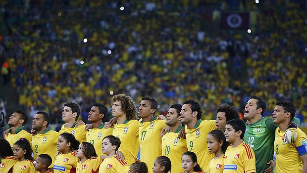 Jogadores do Brasil cantam Hino Nacional antes da partida contra a Espanha, na final das Confederações, no estádio do Maracanã, no Rio de Janeiro, em junho de 2013   Kai Pfaffenbach/Reuters