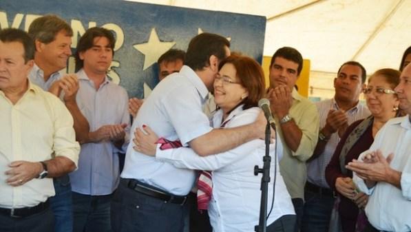 Selma Bastos abraça o governador Marconi Perillo durante inauguração em Goiás: parceria além de diferenças partidárias