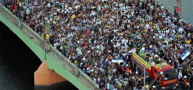 """Sob gritos de """"guerreiro do povo brasileiro"""", Campos é enterrado no Recife"""