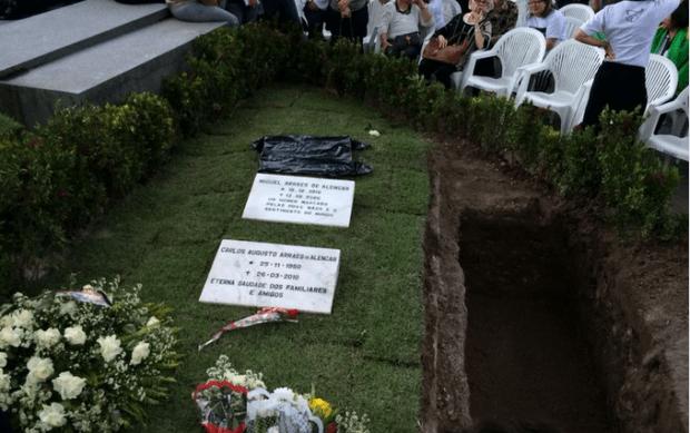 Eduardo foi enterrado ao lado do avô l Foto: Reprodução O Globo