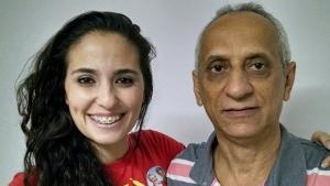 Déborah Evellyn com o professor Romualdo Pessoa, da Universidade Federal de Goiás