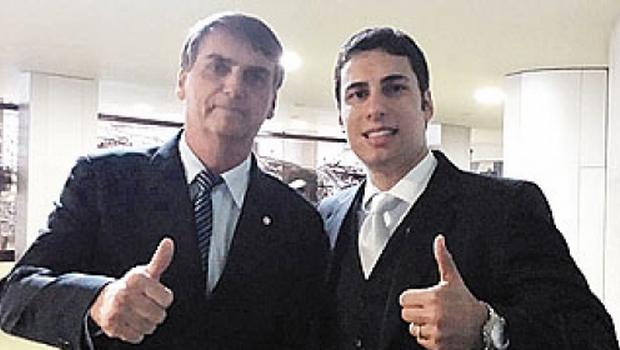 Na página deletada pelo Facebook o candidato aparece ao lado deputado federal, Jair Bolsonaro (PP) Foto: Reprodução Facebook