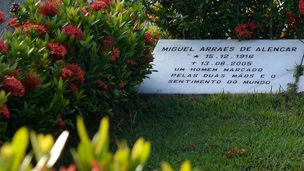 Número de visitantes no Cemitério Santo Amaro aumentou desde que foi confirmada a morte do ex-governador | Foto: Fernando Frazão/Agência Brasil