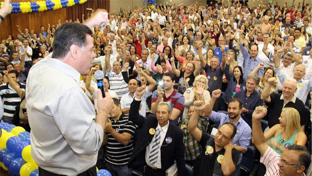 Em reunião com anistiados da Caixego, Marconi Perillo rebate críticas da oposição e é ovacionado pelos presentes