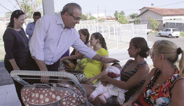 Prefeito Jânio Darrot (PSDB) conversando com usuárias do Hospital de Trindade, o Hutrin, durante visita à unidade