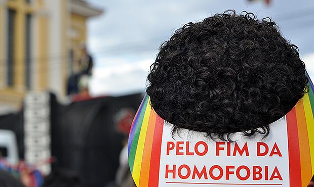 Homossexuais se reúnem em frente à residência de Levi Fidelix para beijaço
