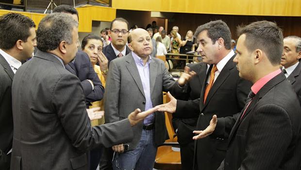 Vereadores de oposição conversam com presidente Clécio Alves (PMDB) antes da aprovação do projeto | Fotos: Alberto Maia/Câmara de Goiânia