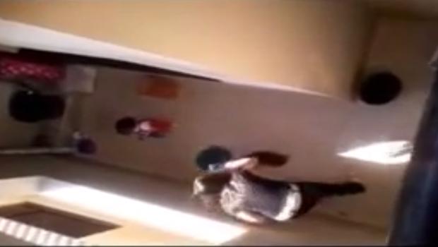 Cena em que mulher bate na cabeça do cachorro com o balde|Foto:Reprodução|Youtube
