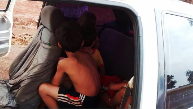 Veja vídeo: pai é flagrado transportando quatro filhos de maneira inadequada em Rio Verde