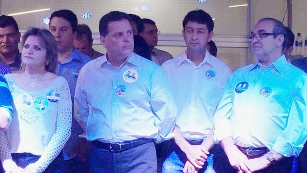 Deputada Flávia Morais, governador Marconi Perillo, prefeito de Inhumas, Dioji Ikeda, e Jânio Darrot, durante inauguração do comitê de campanha de Flávia, em agosto   Foto: reprodução / Facebook