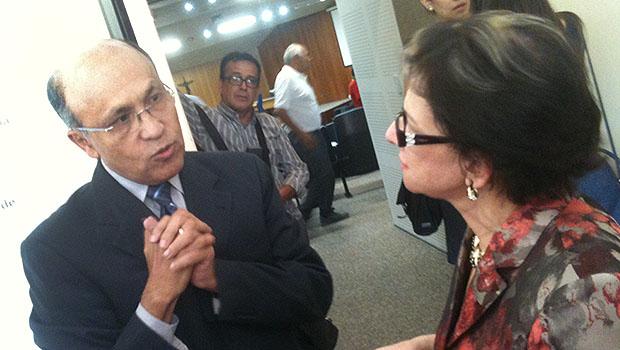 Jeovalter Correia e Helenir Queiroz conversam após audiência