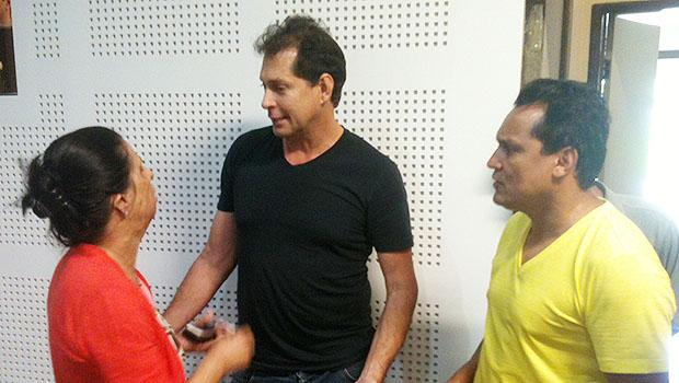 Morador do Setor Jaó conversa com Cristina Lopes (PSDB) e Felizberto Tavares (PT)