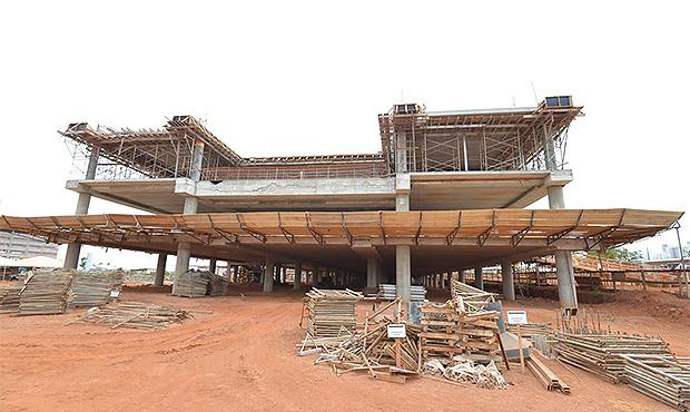 Deputados visitam obras da nova Assembleia, atrasadas há seis anos