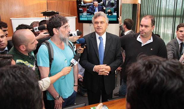 Cantor Lobão se une a Ronaldo Caiado contra bloqueio de manifestantes no Congresso