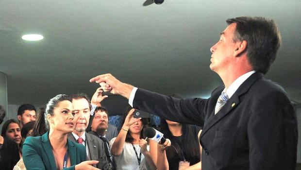 """Deputado Jair Bolsonaro (PP-RJ): """"Ela (Rosário) não merece porque ela é muito ruim, porque ela é muito feia. Não faz meu gênero. Jamais a estupraria"""""""