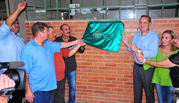 Prefeito Paulo Garcia e auxiliares inauguram escola: será o início de uma nova etapa de boas notícias?