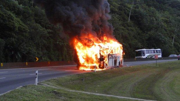 Ônibus cai em ribanceira e mata oito passageiros
