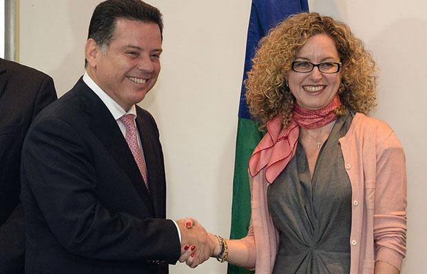 Marconi Perillo cumprimenta a futura secretária da Fazenda, Ana Carla Abrão: conhecimento a serviço de Goiás | Foto: Wagnas Cabral