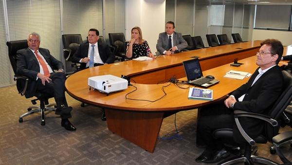 Marconi e os deputados eleitos, Lêda Borges e Célio Silveira (PSDB), em reunião sobre transporte no Entorno   Foto: Laílson Damásio
