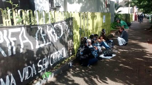 Manifestantes acorrentados à sede da CMTC pedem a volta do Ganha Tempo