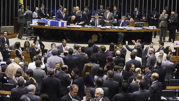 A compra de votos na aprovação da queda do superávit pode complicar para Dilma