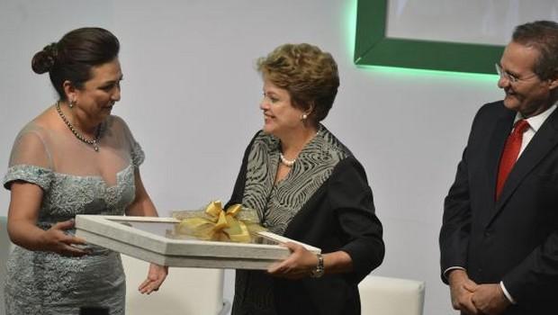 A presidenta da República, Dilma Rousseff, e o presidente do Senado, Renan Calheiros, durante cerimônia de posse da senadora Kátia Abreu para mais um mandato na presidência da CNA Valter   Foto: Campanato/Agência Brasil