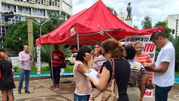 Vereador Djalma Araújo (SD) durante coleta de assinaturas na Av. Anhanguera, no Centro da capital