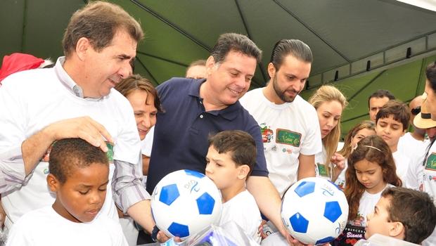 Com prefeitos, Marconi entrega brinquedos em Anápolis e Aparecida