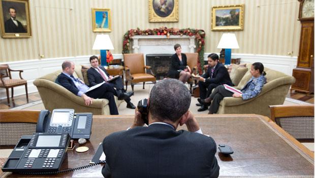 Presidente dos Estados Undidos, Barack Obama, fala ao telefone com o presidente de Cuba, Raúl Castro a partir do Salão Oval l  Foto: Pete Souza/ TWH