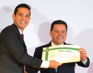 Zé Antônio ao ser diplomado pelo governador Marconi Perillo (PSDB) | Foto: Reprodução/Facebook