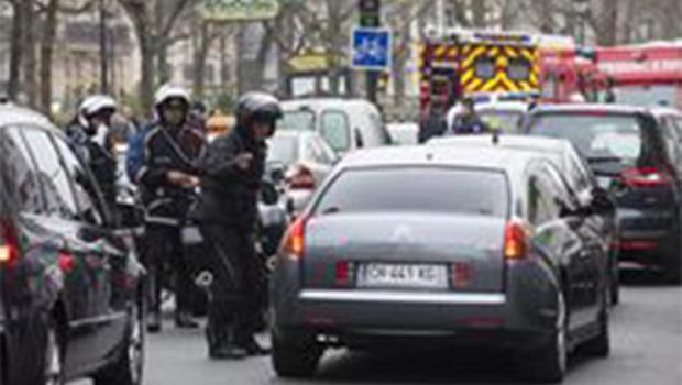 Autor de tiroteio no sul de Paris continua foragido, diz ministro