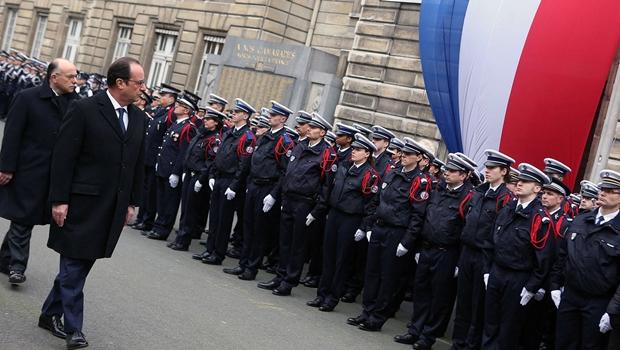 Em homenagem a policiais mortos, Hollande diz que França não vai ceder