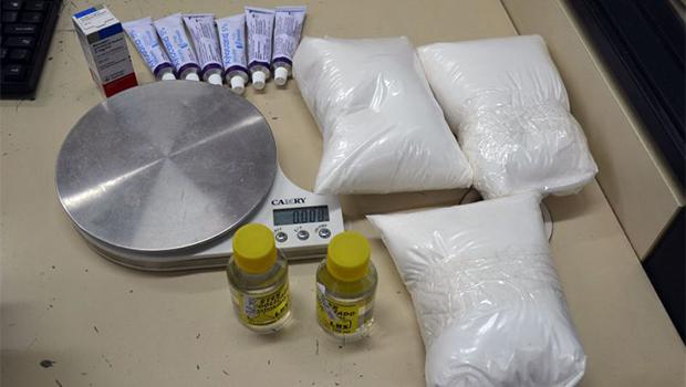Idosa de 72 anos é presa por refino de cocaína em casa