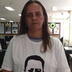 Jornalista do jornal O Popular, Rosana Melo publicou imagem no Facebook usando camiseta com o rosto de Valério Luiz