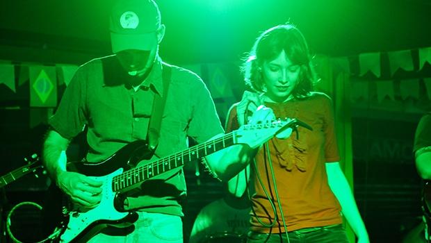 """Banda que """"adoçou o rock"""" diz que o progresso da música goiana não para tão cedo"""