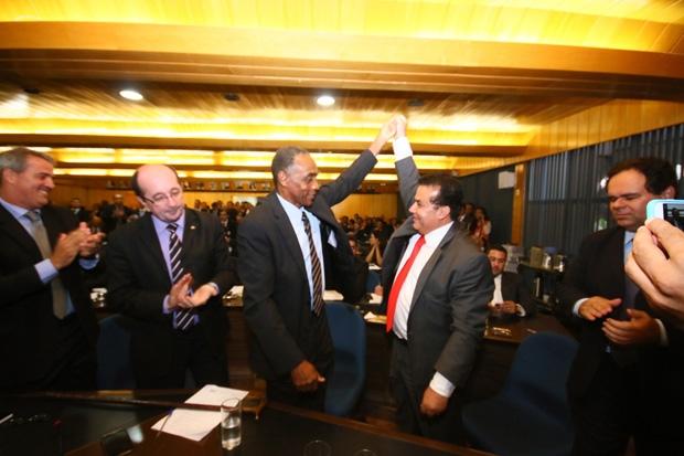De mãos dadas, Sebastião Macalé (à esq.) e Enil Henrique (à dir) / Foto: Fernando Leite/Jornal Opção