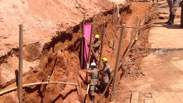 Operário morre e outros três ficam feridos após soterramento em obra de saneamento em Iporá