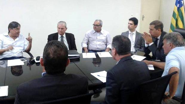 """Jânio Darrot e José Eliton escutam empreendedores que pretendem investir em Trindade: governo de Goiás com """"total interesse"""" em apoiar"""