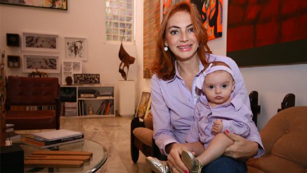 Com Ana Rosa no colo, a mãe Ludmila narra a história da família e galeria Potrich